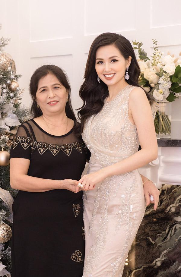 Mẹ ruột của Tâm Tít cũng có mặt trong ngày vui của con gái.