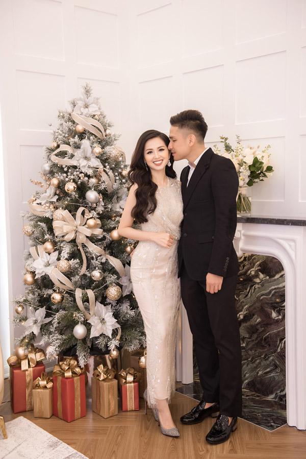 Trước ống kính, Ngọc Thành không ngần ngại hôn lên má vợ để chúc mừng cô bắt đầu lấn sân kinh doanh.