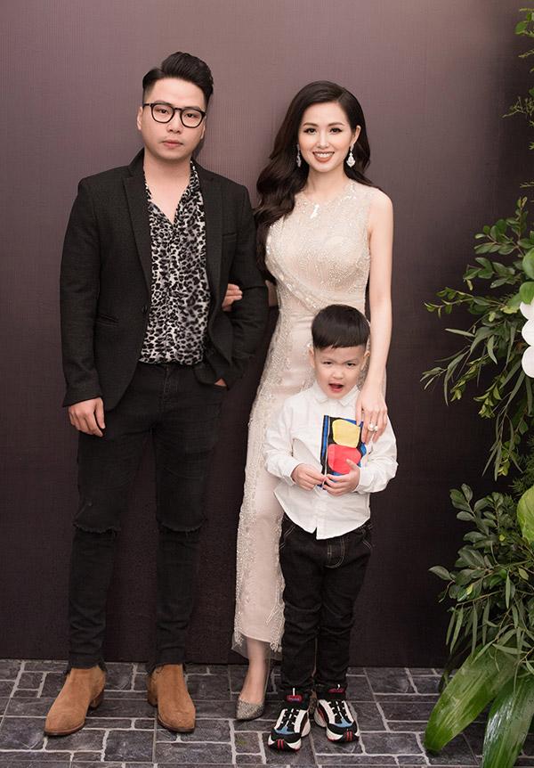 Khi được mẹ kéo vào chụp ảnh kỷ niệm cùng các vị khách, Alex Chí An làm mặt xấu để trêu chọc mọi người.