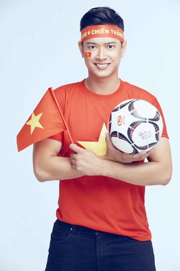 Đức Vĩnh là fan cuồng của môn bóng đá. Bản thân anh cũng là một cầu thủ trụ cột của đội bóng nghệ sĩ TP HCM. Siêu mẫu khoe quả bóng tiền vệ Quang Hải từng ký tặng anh trong một sự kiện ở Sài Gòn.