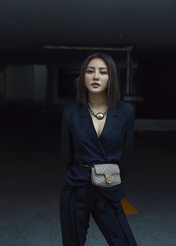 Khi diện vest hiện đại, nữ ca sĩ chọn thêm phụ kiện vòng cổ, belt bag hợp xu hướng để hoàn thiện set đồ.