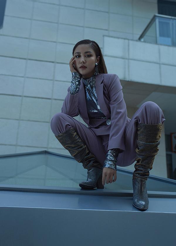Không chỉ khoác lên mình những bộ suit phá cách, Văn Mai Hương còn khéo lựa chọn những phụ kiện, đôi boots mang kiểu dáng, màu sắc phù hợp với mùa lễ hội