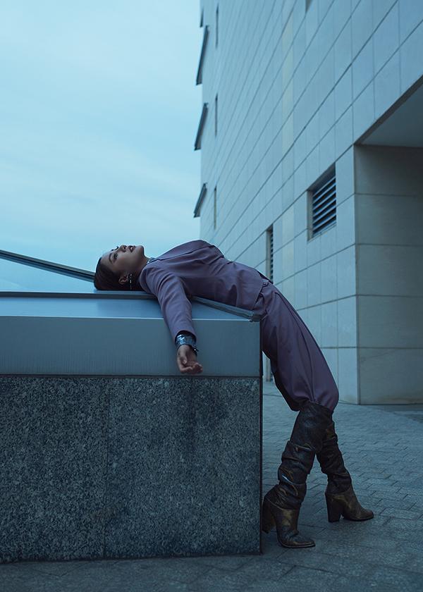 Suit đơn sắc được tạo điểm nhấn bằng áo ánh kim, bốt cao cổ để mang tới sự mới mẻ trong cách mix-match trang phục.