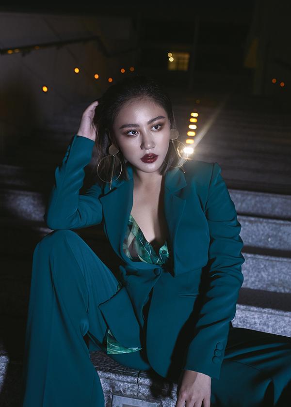 Nhân dịp Giáng sinh và đón năm mới 2019 đang cận kề, ca sĩ Văn Mai Hương quyết định thực hiện một bộ hình kỉ niệm mang phong cách đầy cá tính.