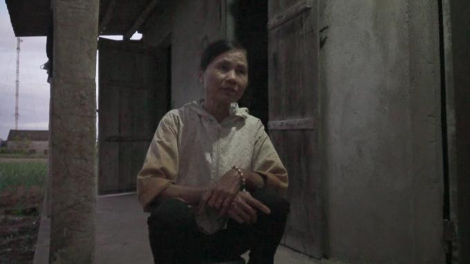 Hai mẹ con May sống trong căn nhà trống đã xây nhiều năm.