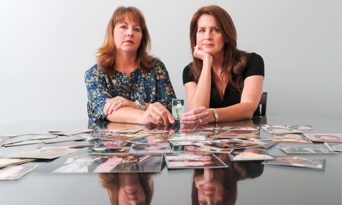 Hai chị em Cady Evans (trái) vàCrystal Deckard bêntập ảnh người mẹDarlene Coker - một trong những người đầu tiên kiện sản phẩm Baby Powder gây ung thư 20 năm trước. Ảnh:Reuters.