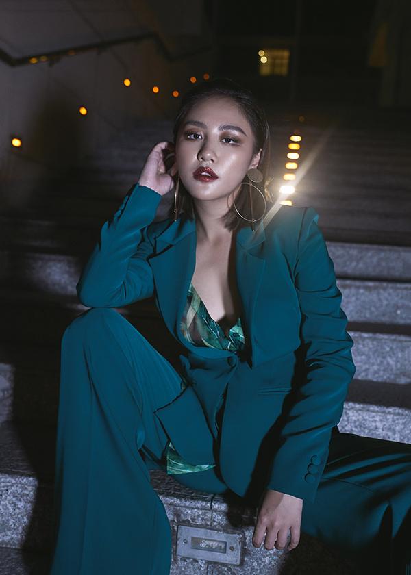 Văn Mai Hương cũng tự tin diện phong cách menswear để tạo thêm sự mới mẻ.