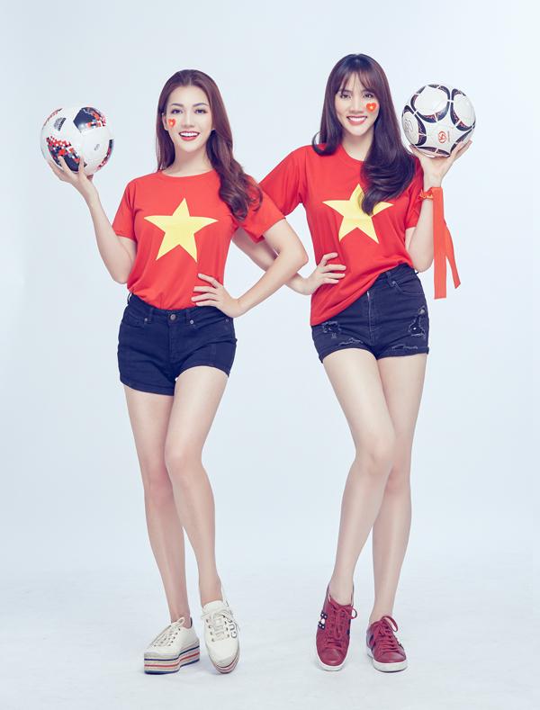 Hoa hậu Quốc tế người Việt 2016 Thái Nhiên Phương (trái) từng tham gia bình luận World Cup 2018 cùng Đức Vĩnh. Cô cũng mặc áo đỏ sao vàng chụp ảnh cùng diễn viên Trang Nhung và đàn anh.