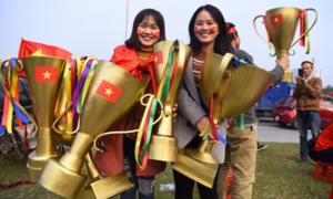 Cup AFF làm từ giấy, nhựa và kim loại của CĐV Việt Nam