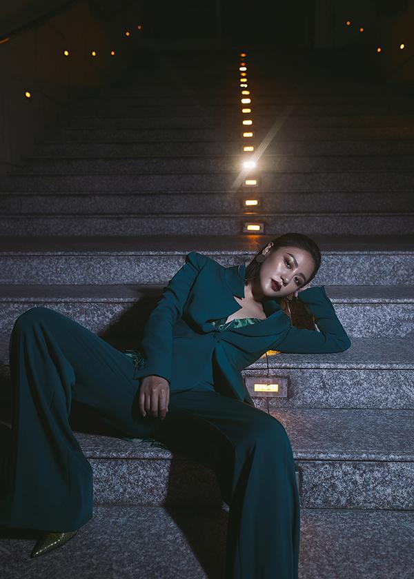 Văn Mai Hương không ngại thể hiện những tạo dáng độc và lạ để tăng sức hút cho từng shoot hình.