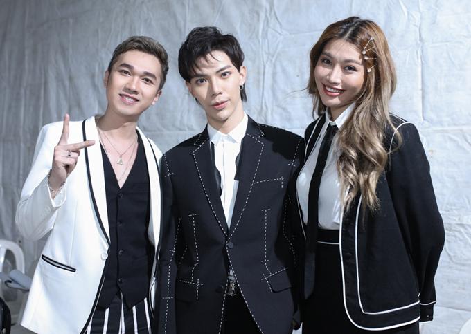 Erik chụp ảnh cùng hai MC Minh Xù và Quỳnh Châu tại sự kiện.