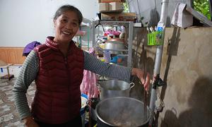 Mẹ Công Phượng chuẩn bị thịt gà đãi con trai sau AFF Cup
