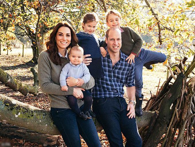 Gia đình Kate chụp ảnh trong khu vườn ở Anmer Hal, Norfolk. Ảnh: Kensington Palace.