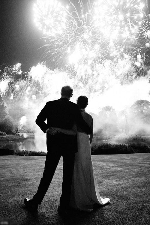 Harry và Meghan xem pháo hoa trong tiệc cưới ở Frogmore House hồi tháng 5. Ảnh: Kensington Palace.