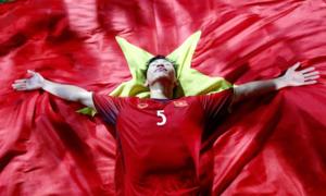 Văn Hậu, Hùng Dũng nằm trên cờ tận hưởng niềm vui vô địch