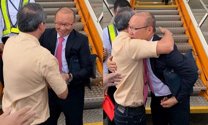 Bầu Đức bắt tay và ôm HLV Park Hang-seo ở sân bay. Ảnh: Hải Trần.