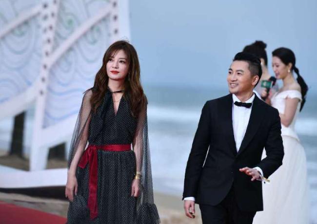Triệu Vy, Tô Hữu Bằng góp mặt tại Lễ bế mạc Liên hoan phim Quốc tế Đảo Hải Nam, Trung Quốc.