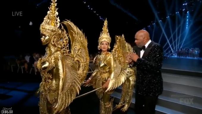 Đại diện Lào đoạt giải Trang phục dân tộc.