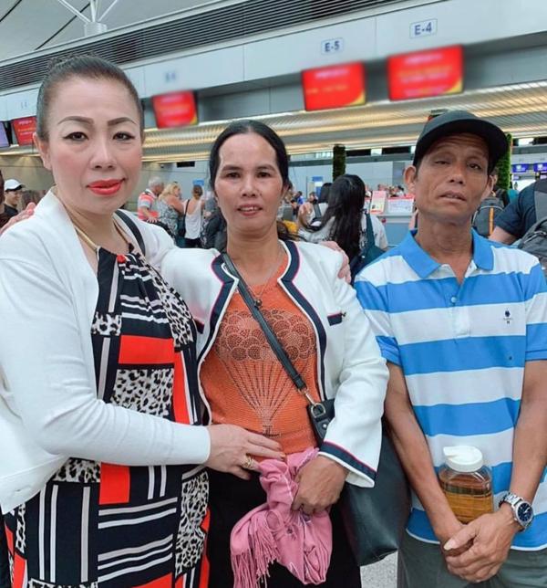 Bố mẹ HHen Niê đi Thái Lan cùng nhà thiết kế Linh San (trái) - một trong những người thực hiện trang phục cho Hen tại cuộc thi.