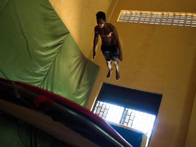 Môn nhảy trên đệm nhún trampoline vui nhộn, thay thế các hoạt động thể dục thông thường. Ảnh: BI.