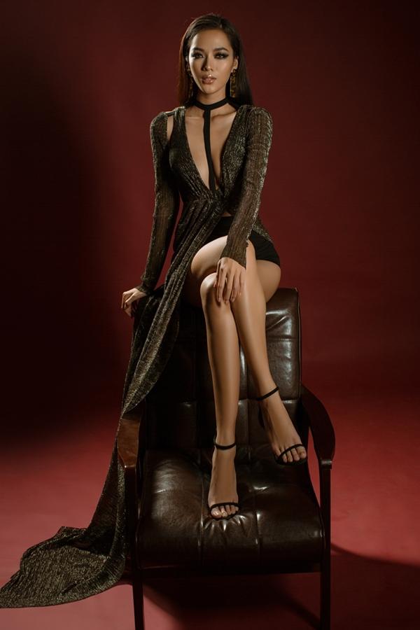 Loạt trang phục sử dụng chất liệu chính là vải thun cát kim tuyến tạo hiệu ứng lấp lánh, thích hợp diện vào các buổi dạ tiệc dịp cuối năm.