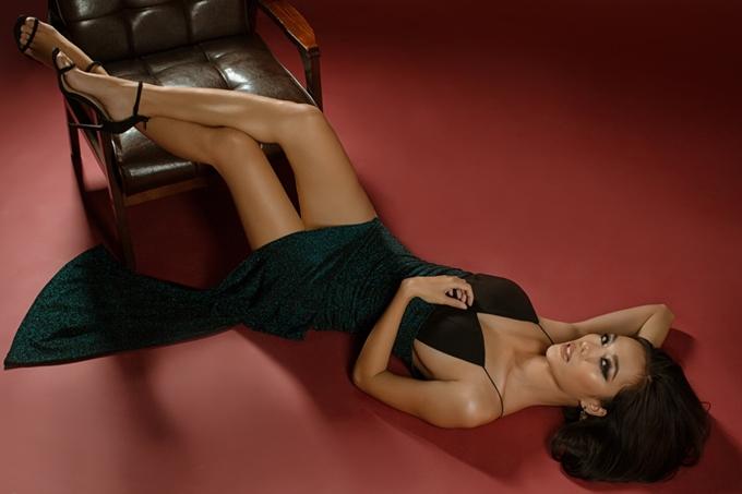 Vốn xuất thân từ người mẫu, Thoại Tiên tự tin truyền tải tinh thần của bộ sưu tập. Chân dài biểu cảm sắc lạnh và tạo dáng chuyên nghiệp trong một thiết kế cắt xẻ táo bạo.