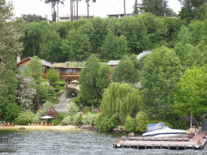 Khu bơi lội nằm riêng biệt trong biệt thự. Ảnh: Flickr.