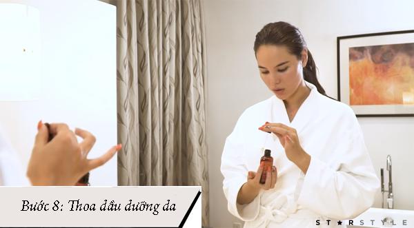 Tân Hoa hậu tiết lộ, thói quen sử dụng dầu dưỡng da cô học được từ mẹ. Dầu dưỡng giúp bổ sung độ ẩm, ngăn ngừa lão hóa da hữu hiệu.