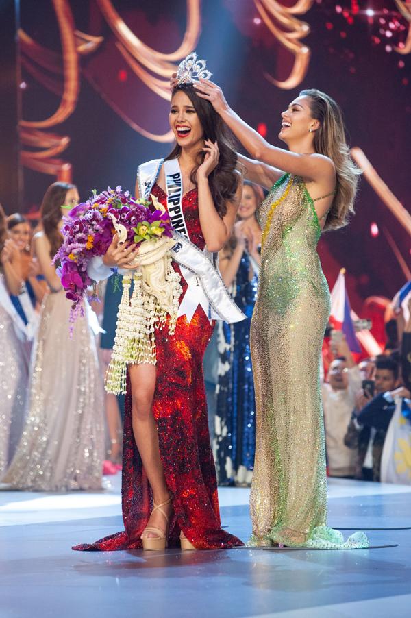 Người đẹp Philipines được Hoa hậu Hoàn vũ 2017 trao lại vương miện.