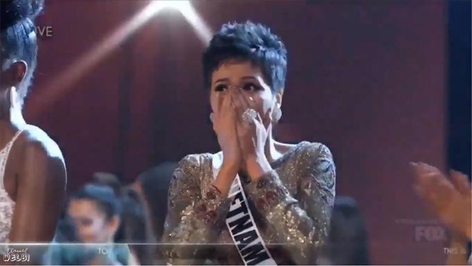 HHen Niê vỡ òa hạnh phúc khi được xướng tên trong Top 10.