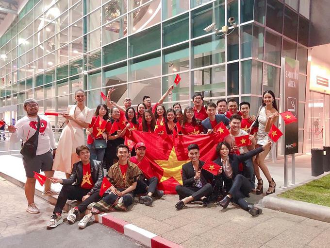 Các fan Việt Nam tại IMPACT Arena.