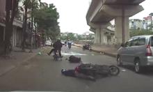 Người phụ nữ bị thanh niên tông văng khỏi xe máy