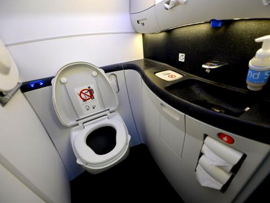 Vì sao hành khách không được đi vệ sinh khi máy bay cất và hạ cánh
