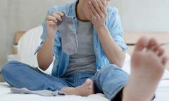 Bị nấm phổi vì ngửi mùi tất của chính mình mỗi ngày