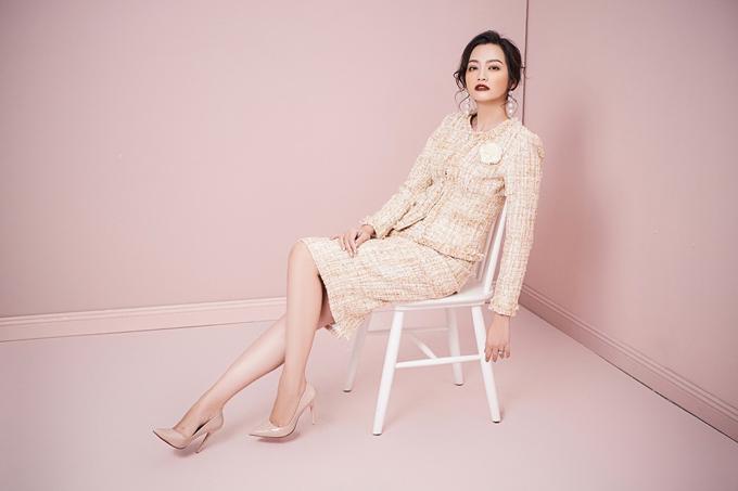 Áo khoác và chân váy chữ Atừ chất liệu tweed cổ điển với điểm nhấn nút ngọc trai cũng là một gợi ý cho các cô nàng công sở. Gam màu beige ngọt ngào, dễ phối với phụ kiện.