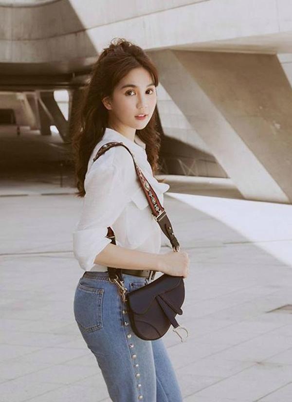 Năm 2018, Ngọc Trinh khiến fan sửng sốt vì liên tục đập hộp hàng hiệu. Trong đó có cả mẫu túi Saddle củanhà Dior.