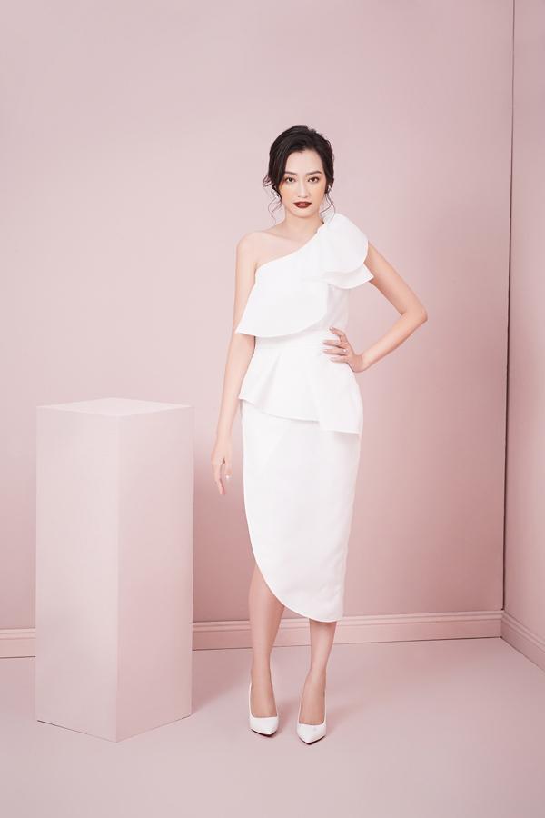 Thiết kế đầm lệch vai lấy cảm hứng từ hình tượng đoá hoa trà, với kỹthuật xếp bèo tinh tế trên chất liệu vải cao cấpkhơi gợi nét quyến rũ của quý cô.