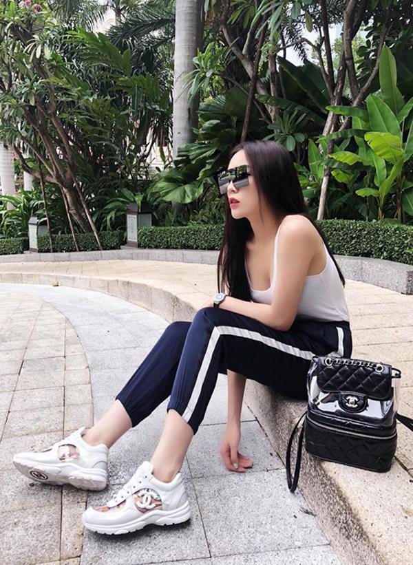 Diện trang phục theo phong cách thể thao, hoa hậu Kỳ Duyên hoàn thiện set đồ bằng ba lô và giầy snekear phối chất liệu plastic.