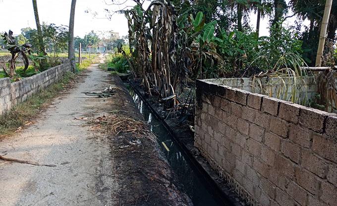 Vệt dầu loang gây cháy ở cống thoát nước phường Quảng Hưng. Ảnh: Lam Sơn.
