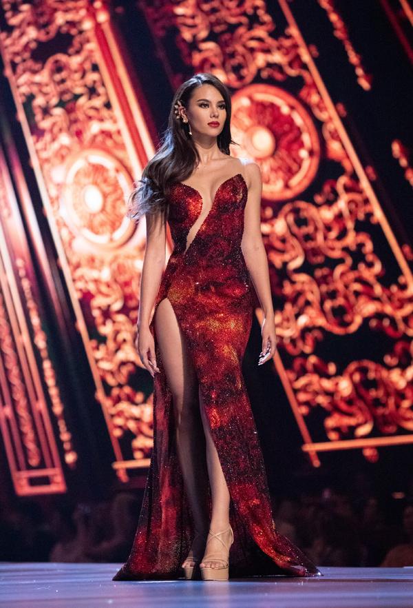Người đẹp 24 tuổi tỏa sáng trong thiết kế lấy cảm hứng từ núi lửa Mayon (Philippines).