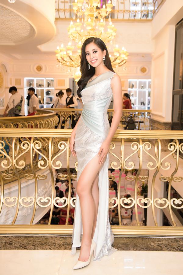 Hoa hậu Tiểu Vy vừa tham dự sự kiện khai trương cơ sở viện thẩm mỹ Mailisa tại Bình Dương. Người đẹp diện đầm xẻ tà khoe đôi chân thon dài.