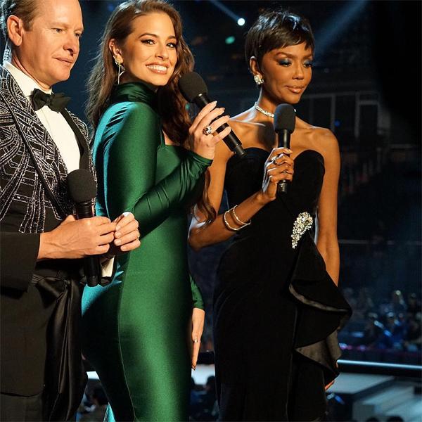 Ashley Graham thay bộ đầm xanh khi dẫn chương trình cùng Carson Kressley và Lu Sierra ở hậu trường.