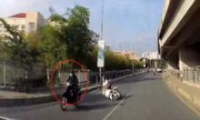 Bị cướp giật túi xách, cô gái ngã nhào giữa phố Sài Gòn