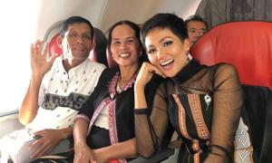 H'Hen Niê liên tục được chúc mừng trên máy bay về nước