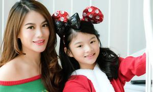 Trương Ngọc Ánh và con gái 10 tuổi chụp ảnh Giáng sinh