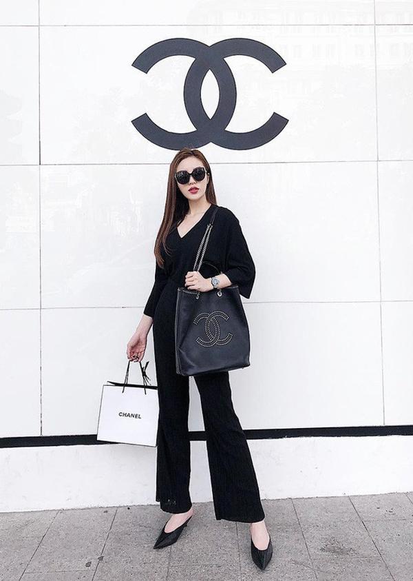 Giày hở gót với nhiều kiểu dáng được các người đẹp Việt phối đồ cuốn hút khi dạo phố. Hoa hậu Kỳ Duyên sang chảnh với nguyên cây đen từ trang phục cho đến mắt kính và giầy hợp mốt.