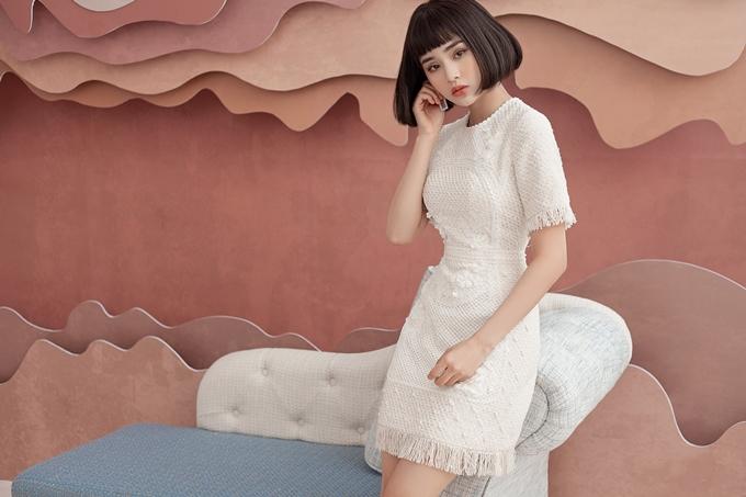 Trong bộ ảnh mới nhất, ca sĩ Hiền Hồ giới thiệu những bộ váy thanh lịch làm bằng chất liệu vải tweet. Đây là loại vải có bề mặt sần,chống ẩm ướt và giữ ấm tốt, do đóthích hợp với những ngày chuyển mùa cuối năm. Vải tweedtừng trở thành chất liệu thời trang cao cấp dành cho giới thượng lưu nhờ sự lăng xê của nhà thiết kếCoco Chanel từ những năm 1920.