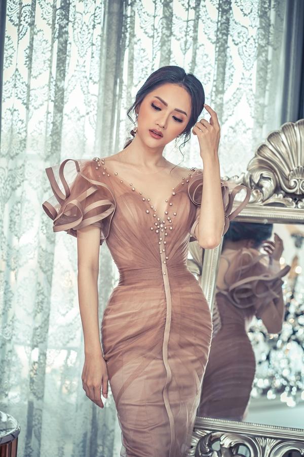 Hương Giang, Băng Di đọ dáng với váy họa tiết 3D