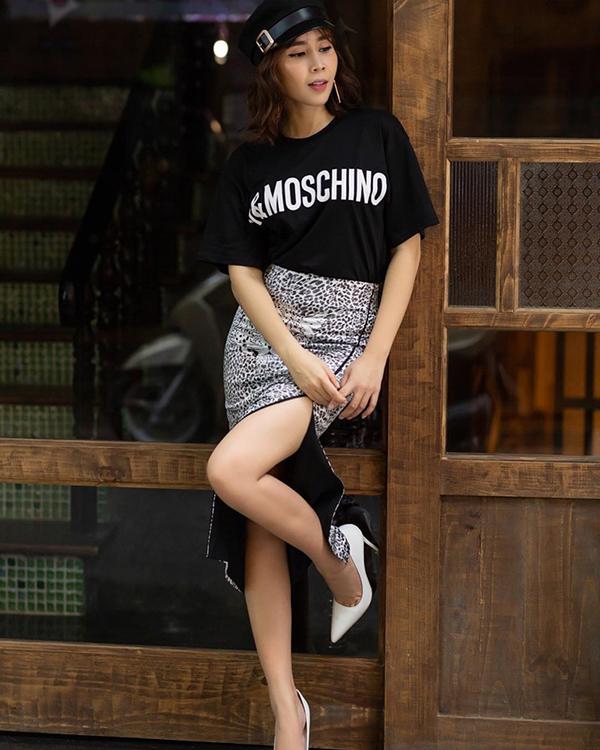 Sau thời gian vắng bóng trên đường đua phong cách street style, Lưu Hương Giang đã nhanh chóng bắt nhịp xu hướng khi chưng diện chiếc áo phông in logo và chân váy hoạ tiết da beo.