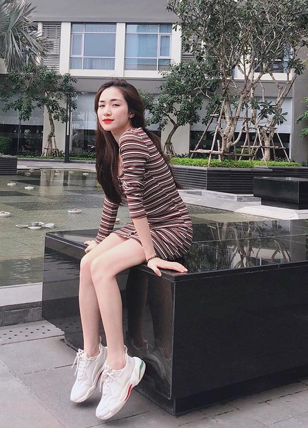 Chọn phong cách đơn giản nhưng Hoà Minzy khéo léo tôn những điểm vàng trên hình thể nhờ thiết kế váy ôm sát.